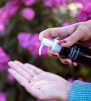 The Skin House Essential Cleansing Oil - puhdistusöljy kädellä