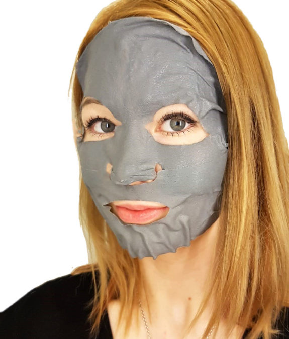 Apieu Pore Deep Clear Black Charcoal Mask kasvoilla